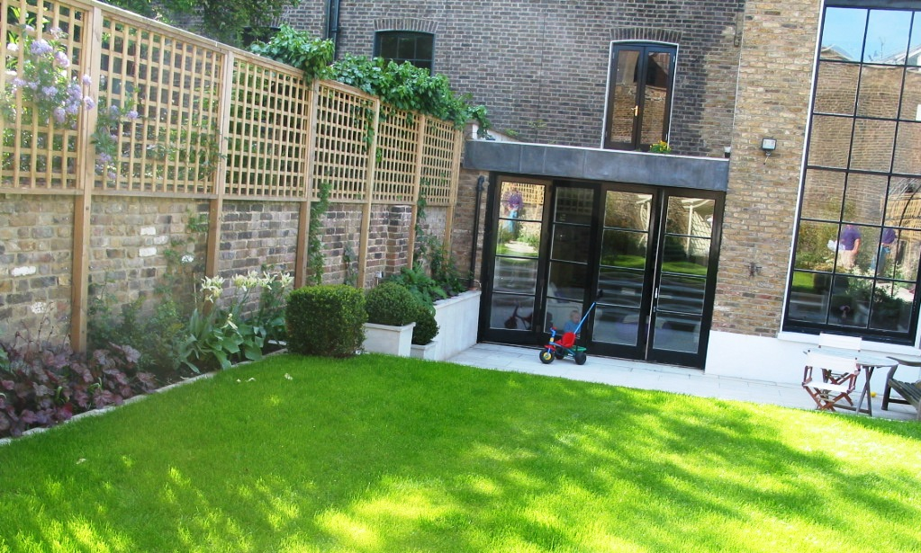 Charmant Garden With Trellis And Lawn